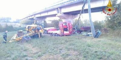 Incidente choc, camion vola giù dal viadotto